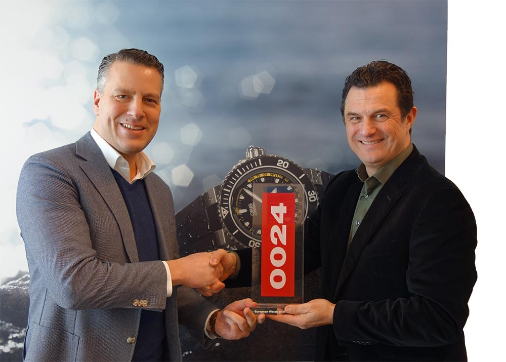gijs-van-hoorn-receives-the-0024-european-watch-of-the-year-award-for-the-oris-divers-sixty-five